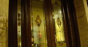 شیشه تزئینی استیند گلس یا تیفانی برای درب لابی نمای 4