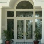 شیشه تزیینی تیفانی ساخته شده برای درب چوبی ورودی ، کناره و کتیبه با استفاده از شیشه های الماس تراش شفاف و شیشه بافت دار بی رنگ در عین سادگی زیبایی و شکوه خاصی به ورودی اصلی ساختمان بخشیده است.