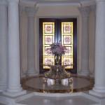 ترکیب درب چوبی لابی و شیشه های تزیینی تیفانی یا استیند گلس به این ساختمان نمای لوکسی بخشیده است .در این پروژه برای ساخت شیشه های تیفانی هنرمند با تقسیم بندی هندسی و مشبک گونه در طراحی شیشه درب لابی و استفاده از طرح و نقش کلاسیک به ارتباط و هارمونی فضای کلاسیک لابی کمک کرده است و در کلاف کار از شیشه های طیف رنگی کرم و قهوه ای و فلز سربی استفاده کرده است.که در هنگام روز و شب زیبایی خاصی دارد.