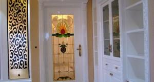 شیشه درب ورودی راه رو به سمت اتاق خواب ها (نمای 1)