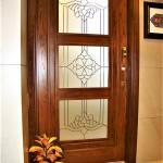 شیشه تزئینی و دکوراتیو کلاسیک با فلز طلایی برای درب چوبی شیشه خور (نمای 1)