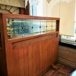 شیشه تزیینی استیند گلس برای پارتیشن و جدا کننده چوبی نمای 1