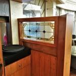 شیشه تزیینی استیند گلس برای پارتیشن و جدا کننده چوبی نمای 4