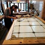 مراحل ساخت و معرق کاری شیشه استیند گلس نمای 4