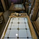 مراحل ساخت و معرق کاری شیشه استیند گلس نمای 6