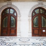 شیشه تزیینی استیند گلس برای درب چوبی لابی نمای 9