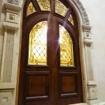 شیشه تزیینی استیند گلس برای درب چوبی لابی نمای 11