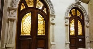 شیشه تزیینی استیند گلس برای درب چوبی لابی نمای 1