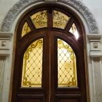 شیشه تزیینی استیند گلس برای درب چوبی لابی نمای 4