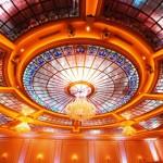 سقف شیشه ای تیفانی یا استیندگلس با استفاده از شیشه رنگی و زمینه ساده و مات برای سقف تالار پذیرایی و سالن عروسی با نورپردازی های مختلف به تناسب زمان