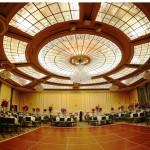 سقف شیشه ای تیفانی یا استیندگلس با استفاده از شیشه رنگی و زمینه ساده و مات برای سقف تالار پذیرایی و سالن عروسی با نورپردازی گرم به تناسب زمان و جو سالن