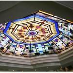سقف شیشه ای تیفانی و استیندگلس به صورت هشت ضلعی که برای ساخت معرق آن از شیشه های رنگی استفاده شده است