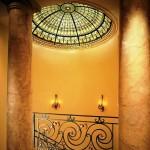 گنبد شیشه ای تیفانی یا استیند گلس با استفاده از شیشه های رنگی و معرق کاری شده در منزل ویلایی مسکونی