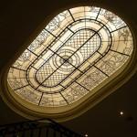 سقف شیشه ای تیفانی یا استیند گلس به صورت فلت و نورگیر با استفاده از شیشه های الماس تراش برای نقوش و شیشه های مات معرق کاری شده برای منزل مسکونی