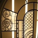 در حال نصب سقف شیشه ای تیفانی یا استیند گلس به صورت فلت و نورگیر با استفاده از شیشه های الماس تراش برای نقوش و شیشه های مات معرق کاری شده برای منزل مسکونی