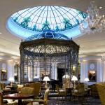 گنبد شیشه ای تیفانی یا استیند گلس به صورت نورگیر با استفاده از شیشه های رنگی و مات معرق کاری شده برای لابی هتل