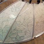 در حال قالب گیری گنبد بیضی شکل شیشه ای تیفانی یا استیند گلس به صورت نورگیر با استفاده از شیشه های الماس تراش برای نقوش و شیشه های مات معرق کاری شده برای منزل ویلایی