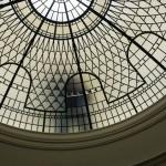 گنبد شیشه ای تیفانی یا استیند گلس به صورت نورگیر با استفاده از شیشه های الماس تراش برای نقوش و شیشه های مات معرق کاری شده برای منزل ویلایی