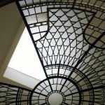 در حال نصب شدن پنلهای استیندگلس در سقف گنبدی نورگیر که یک به یک در محل مناسب خود قرار میگیرند