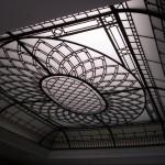 سقف شیشه ای تیفانی یا استیند گلس به صورت نورگیر با استفاده از شیشه های الماس تراش و شیشه های بافت دار و مات برای نقوش و شیشه های مات معرق کاری شده برای منزل ویلایی